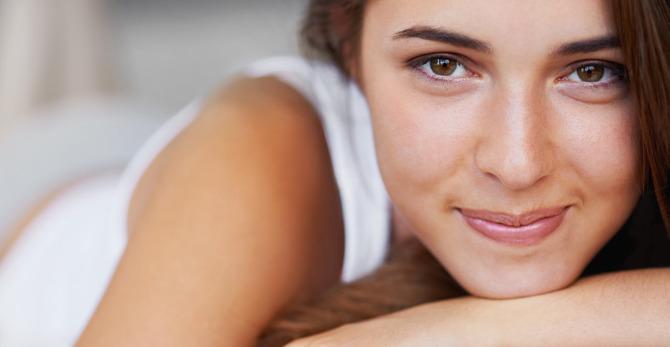 Ako bojovať s unavenou pleťou: tipy, ako sa vyspať do krásy