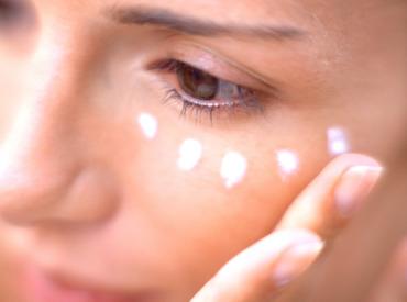 Základné informácie o očnom kréme: prečo klasický hydratačný krém na tvár nestačí