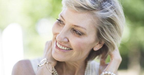 Kľúčové ingrediencie pre zlepšenie jemných vlasov v období po menopauze.